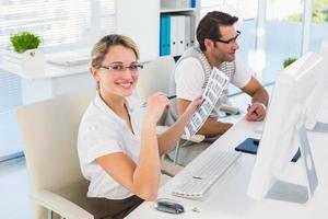 editor de fotos feliz trabalhando em uma folha de contato