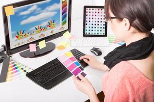 designer gráfico no trabalho. amostras de cores. foto