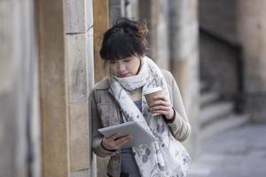 jovem mulher asiática usando um tablet pc. foto