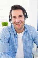 editores de fotos sorridentes usando um fone de ouvido