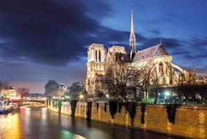 catedral de notre dame de paris e rio sena, paris, frança foto