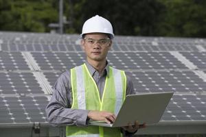 engenheiros asiáticos, verificando a instalação do painel solar foto