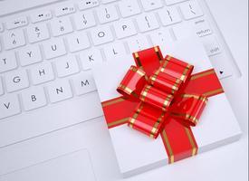 caixa de presente branca encontra-se no teclado