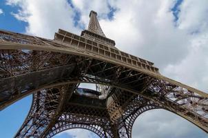 sob a torre eiffel foto
