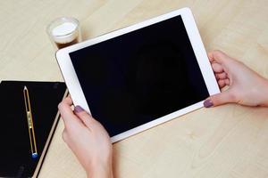 menina assistindo a tela de um tablet digital foto