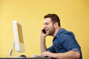 homem de negócios, falando no telefone foto