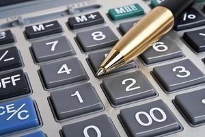 teclado de conceito, caneta e calculadora de bussines foto
