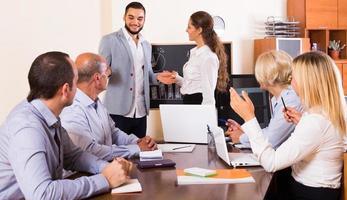 reunião de trabalho no escritório foto