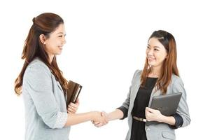 aperto de mão de duas mulheres de negócios de beleza foto
