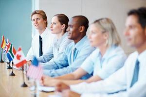 equipe diversificada de negócios em uma conferência foto