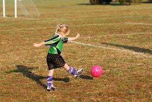chutando a bola de futebol foto