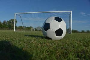 bola de futebol na frente do gol foto
