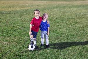 dois jovens jogadores de futebol em campo foto