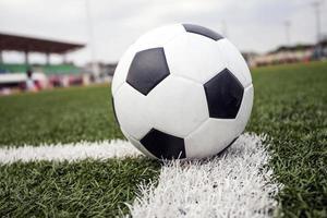 bola de futebol na grama verde foto