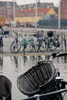 cesta de bicicleta na praça de copenhaga foto
