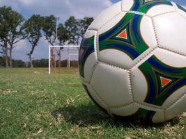 macro de bola de futebol direita foto