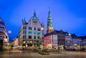 praça amagertorv e fonte de cegonha na cidade velha foto