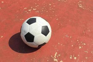 bola na quadra de futsal ao ar livre foto