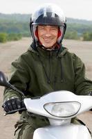 motociclista sorridente de retrato foto