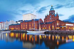 cenário da noite da catedral de uspenski em helsínquia, finlândia foto