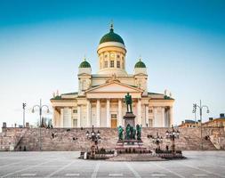 famosa catedral de helsínquia na luz da noite, helsínquia, finlândia foto