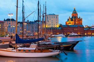 cenário da noite do antigo porto em helsínquia, finlândia foto