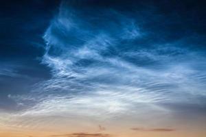 fenômeno do céu bonito nuvens noctilucentes foto
