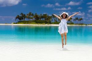 mulher caucasiana repousa em praia bela foto