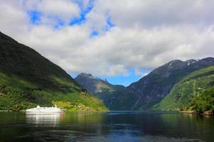 navio no fiorde de geiranger, noruega foto
