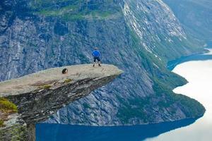 famoso lugar norueguês para caminhadas em rochas - trolltunga, língua dos trolls, noruega
