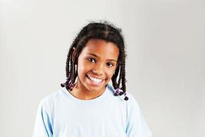 garota afro-americana, sorrindo para a câmera. foto