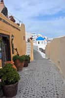 passagem estreita em oia na ilha grega de santorini