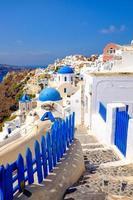 vista panorâmica da vila das Cíclades romântica colorida em santorini foto