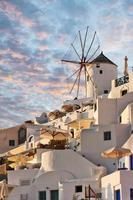 moinho de vento de santorini em oia foto