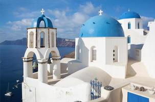 santorini - igrejas em oia foto