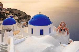 cúpulas com a caldeira em santorini foto