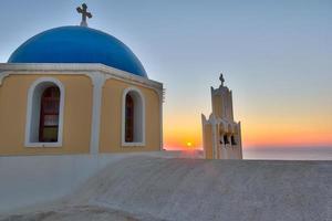 cúpula da igreja tradicional em santorini, grécia foto