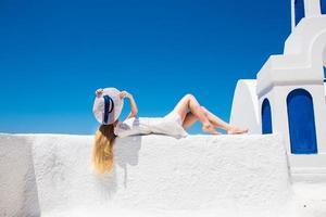 hübsche frau im weißen kleid no santorini em creta foto