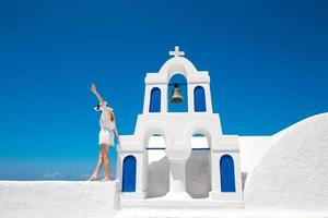 hübsche frau im weißen kleid no santorini em creta
