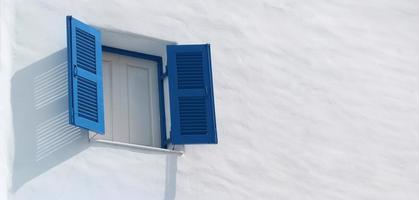 janela azul na parede branca foto