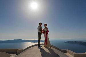casal de noivos no telhado foto