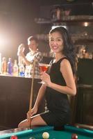 senhora vietnamita no bar foto