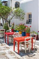 terraço típico da taberna em mykonos foto