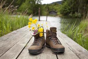 alpinista sapatos botas em pé no calçadão foto