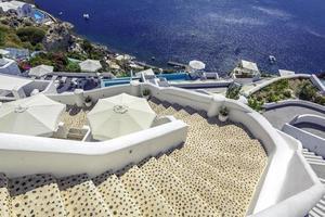escadas sinuosas descendo para o mar Aegan, ilha de santorini-Grécia foto