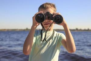 assistindo através de binóculos
