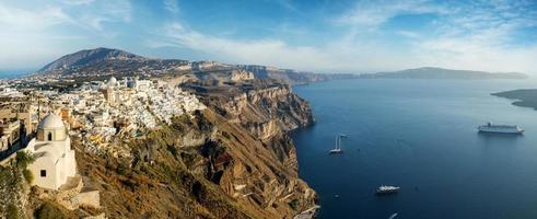amplo panorama da ilha de santorini foto