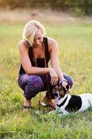 jovem mulher com retrato de dia ao ar livre de cachorro foto