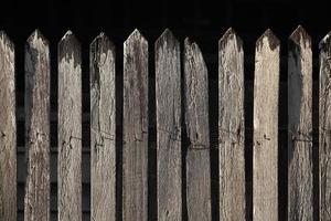cerca de piquete de madeira velha sem pintura foto