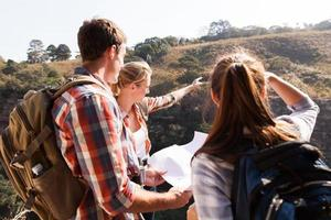 grupo de caminhantes no topo da montanha foto